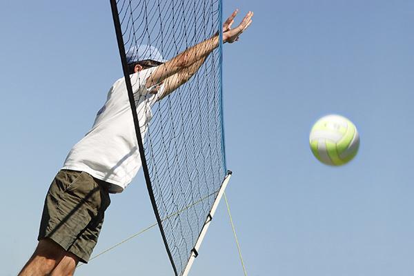 ボールに手をぶつけて突き指する写真