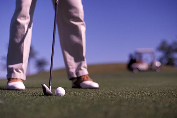 ゴルフしている写真